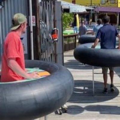 Photo of Mesas inflables para mantener la distancia en un restaurant